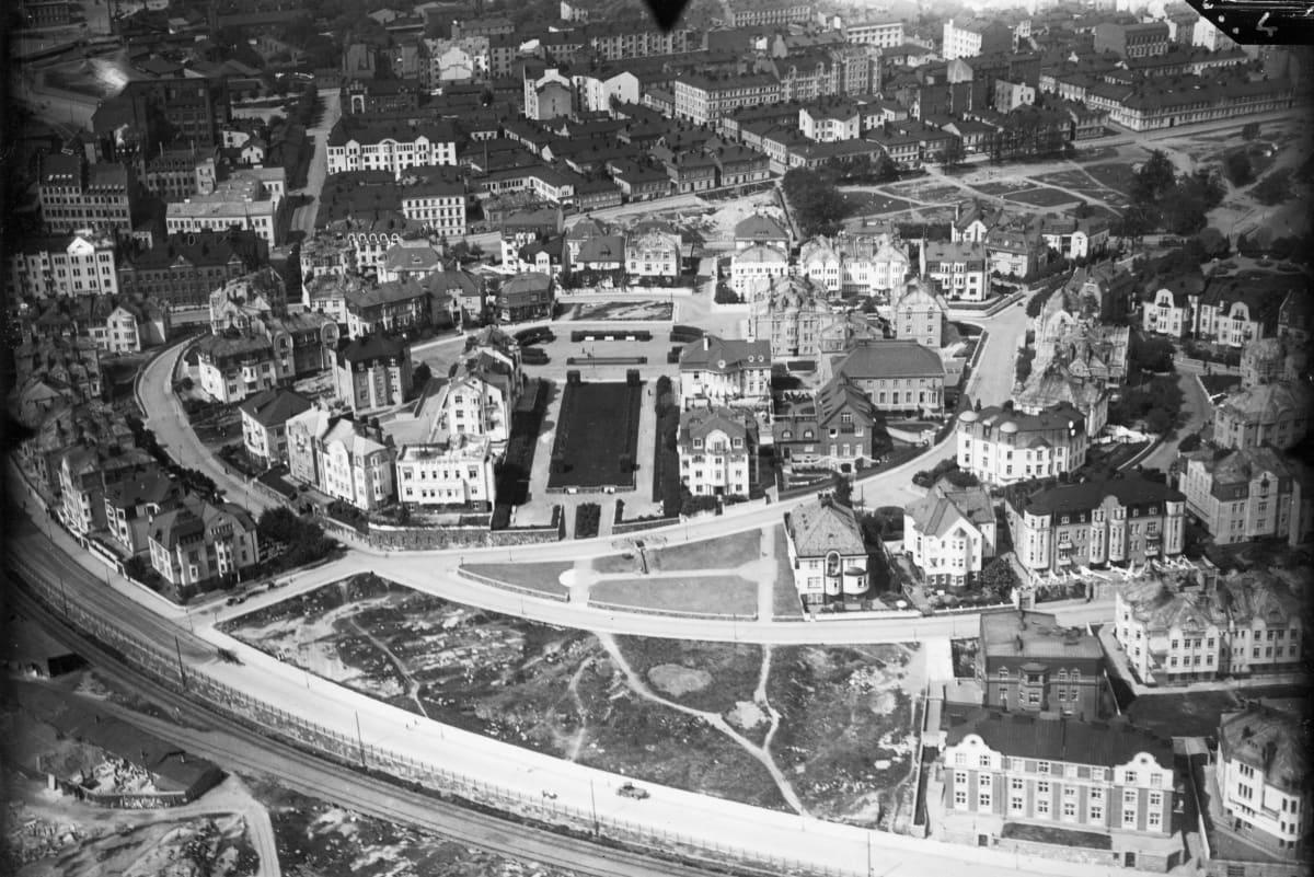 Vuonna 1925 otetusta valokuvasta voi nähdä, kuinka vähän Eira on vuosien saatossa muuttunut. Esimerkiksi Ehrensvärdintien ja Armfeldtintien keskeiset talot ovat nykyisillä paikoillaan ja kaupunginosan yleisilme on varsin tutun näköinen.