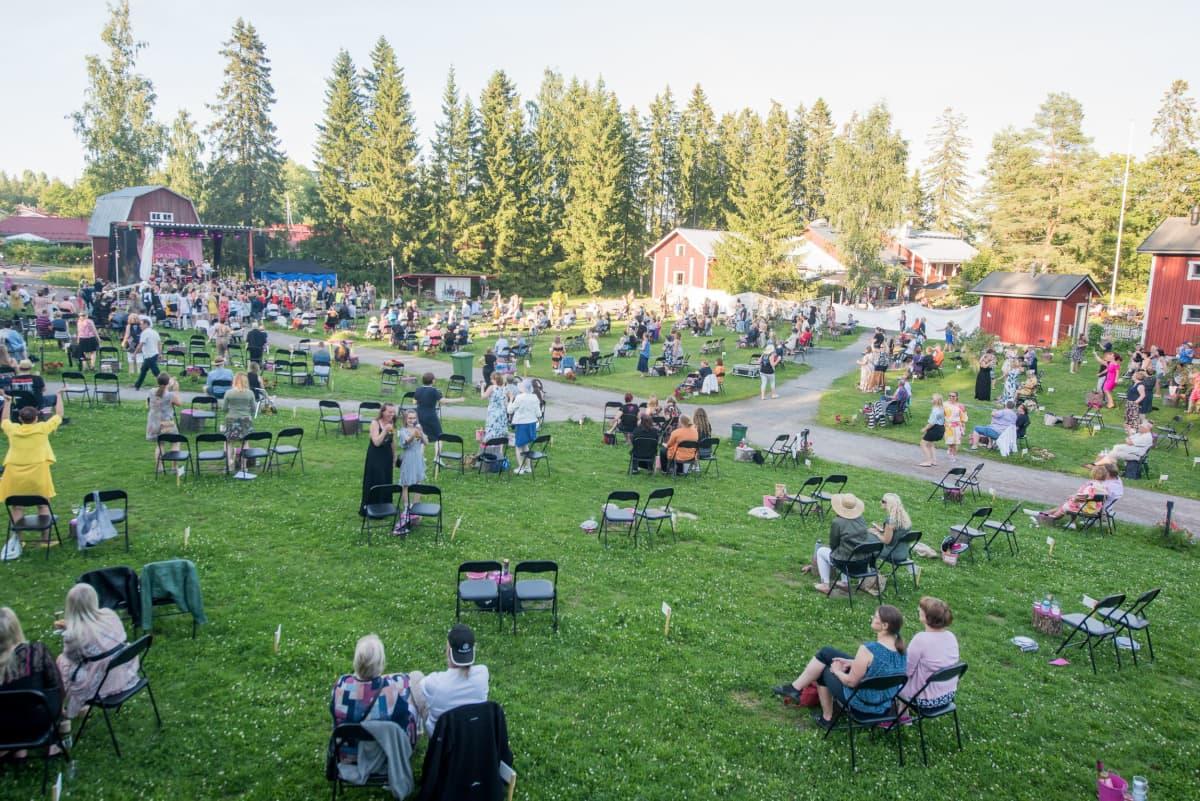 Puistokonsertti Krapin pajalla Tuusulassa kesällä 2020.