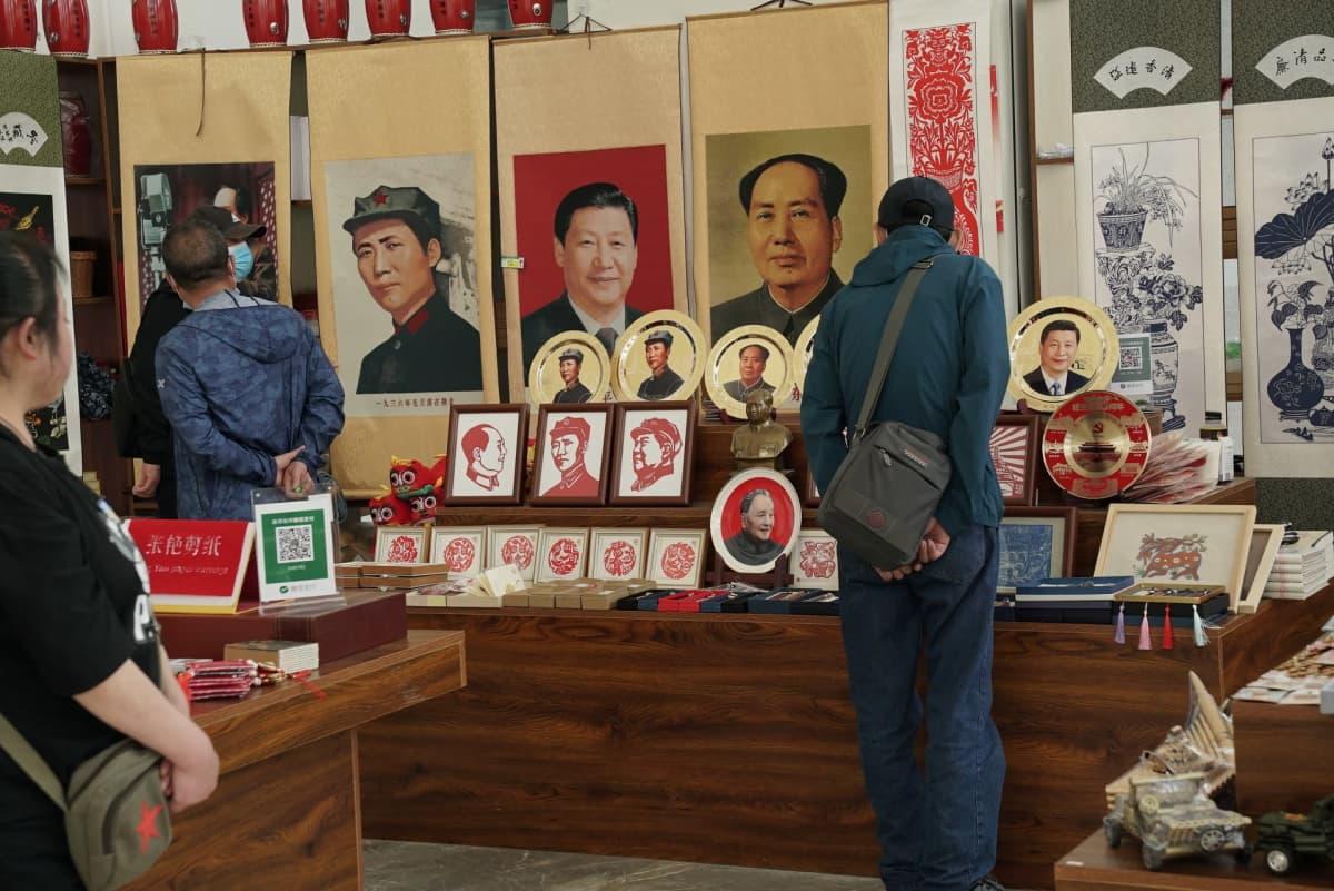 Kauppa, jossa on myynnissä Maon ja Xin kuvia