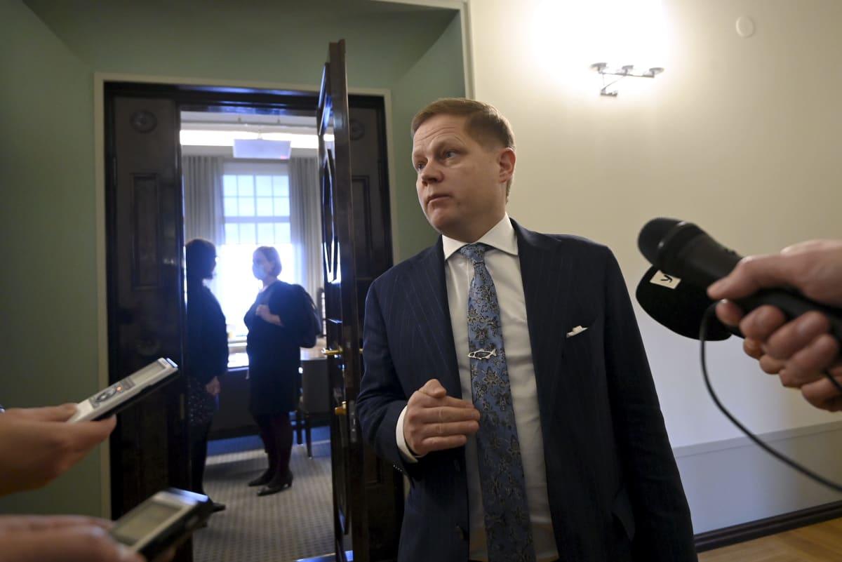 Eduskunnan sosiaali- ja terveysvaliokunnan puheenjohtaja Markus Lohi kertoi toimittajille kommenttinsa poistuessaan valiokunnan kokouksesta Helsingissä 12. lokakuuta.