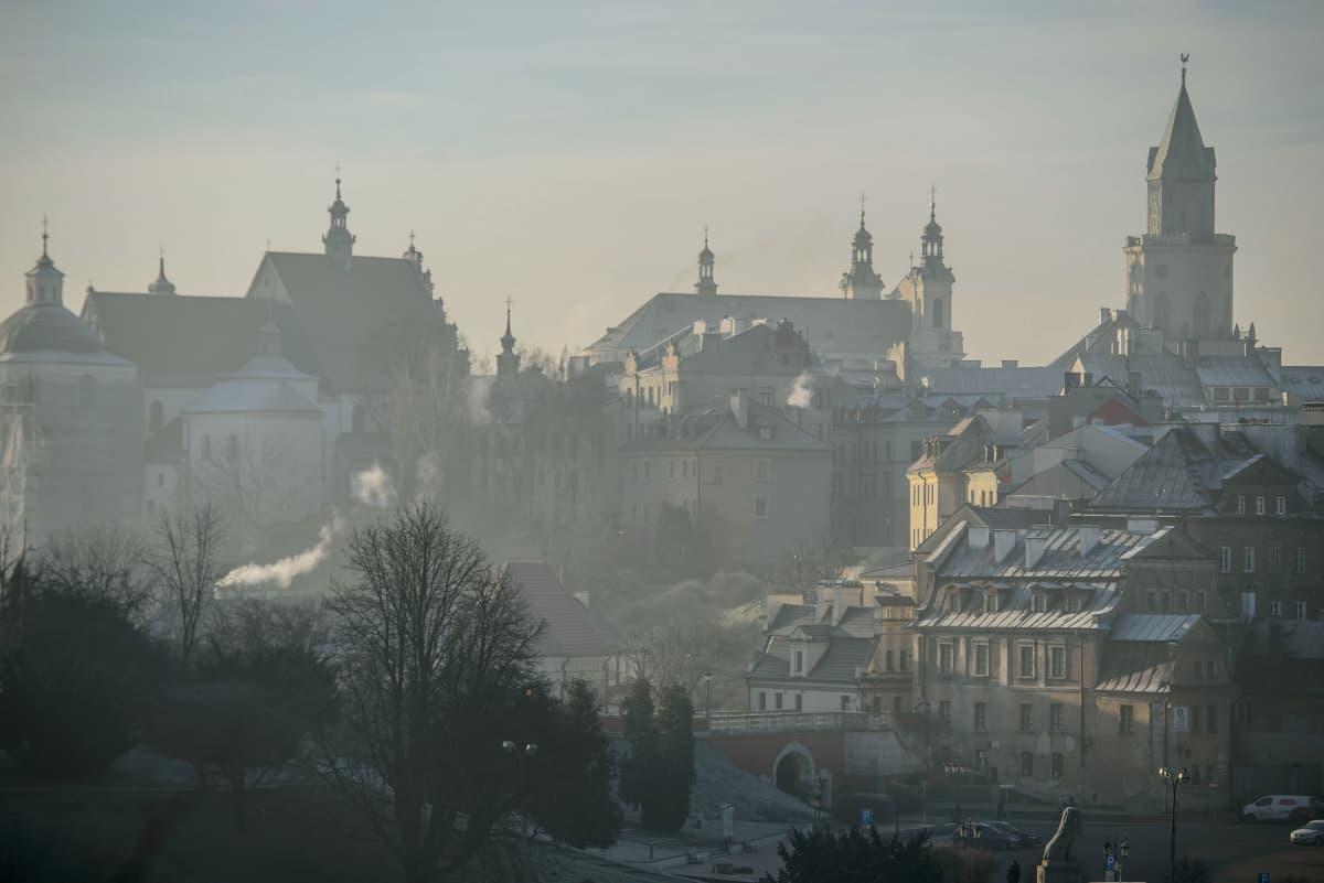 Yleisnäkymä Lublinin kaupunkiin Puolassa 9. tammikuuta 2018. Savusumu peittää ilman kattojen yläpuolella.