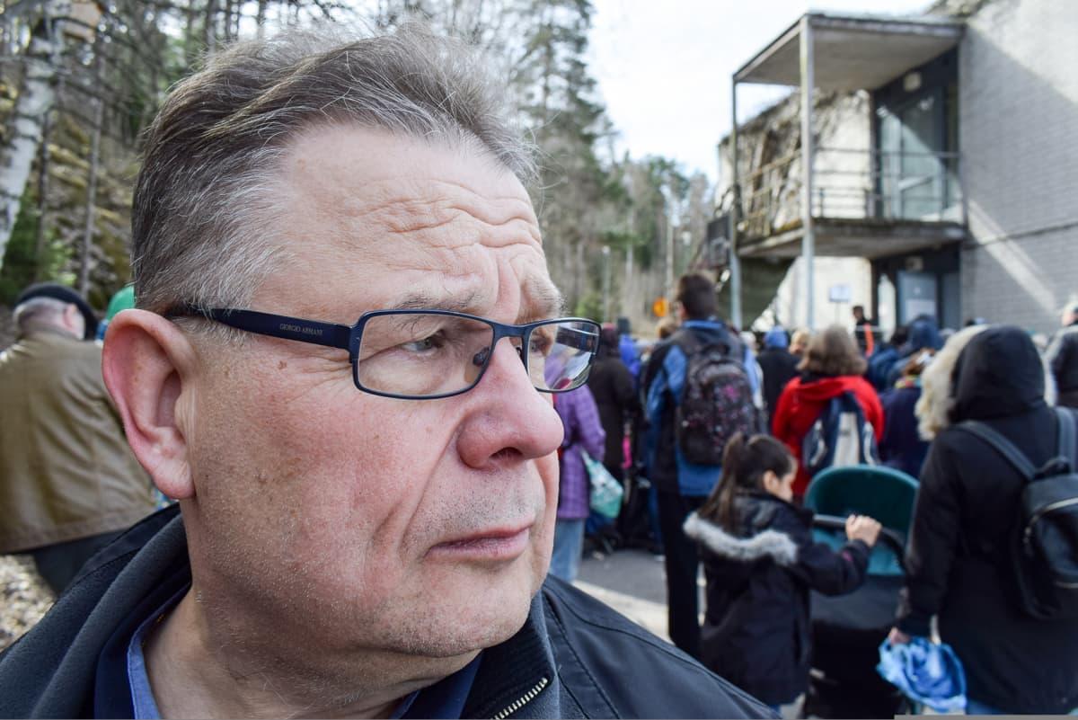 Hannu Hätönen ja väkeä pihalla