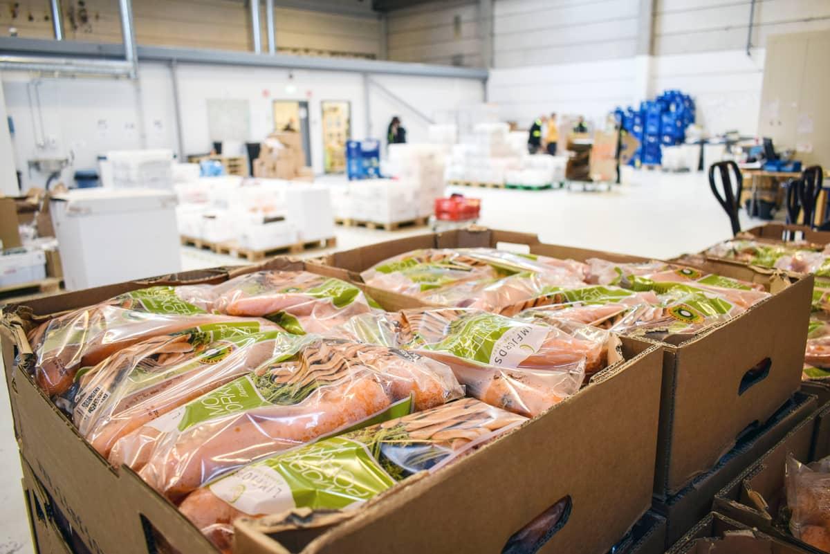 porkkanoita laatikoissa ja muita elintarvikkeita