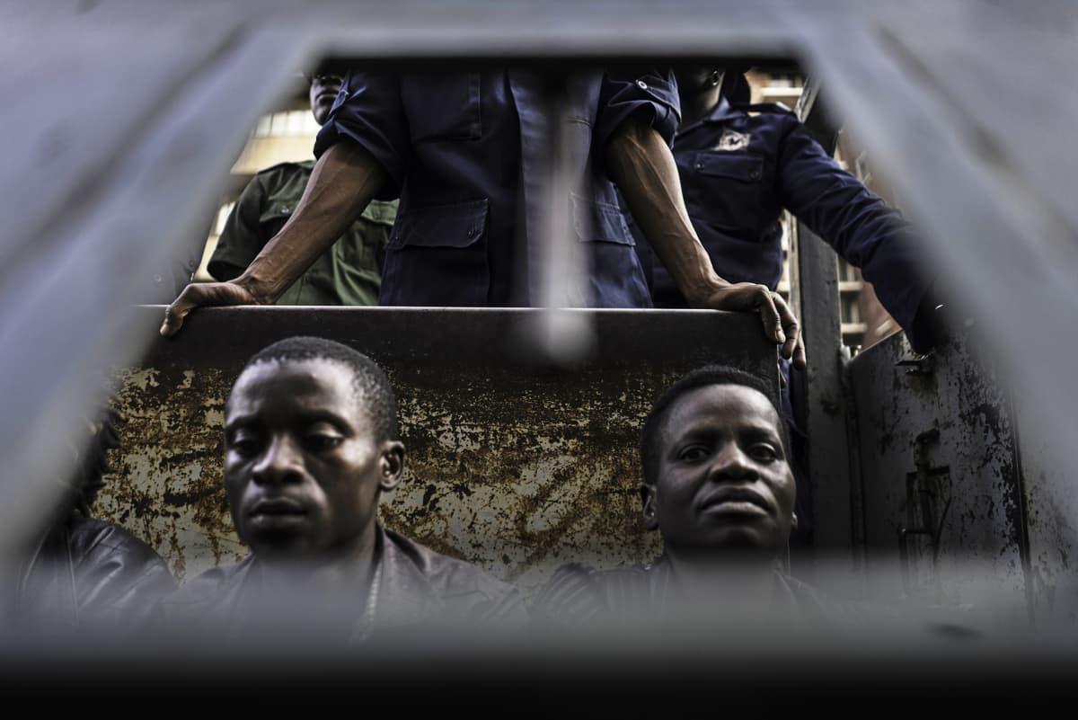 Pidätettyjä poliisirekassa.