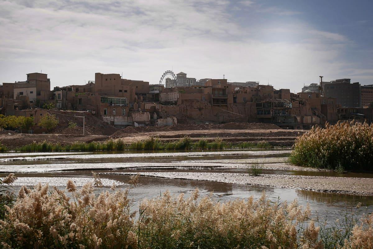 vanhoja rakennuksia joen takana