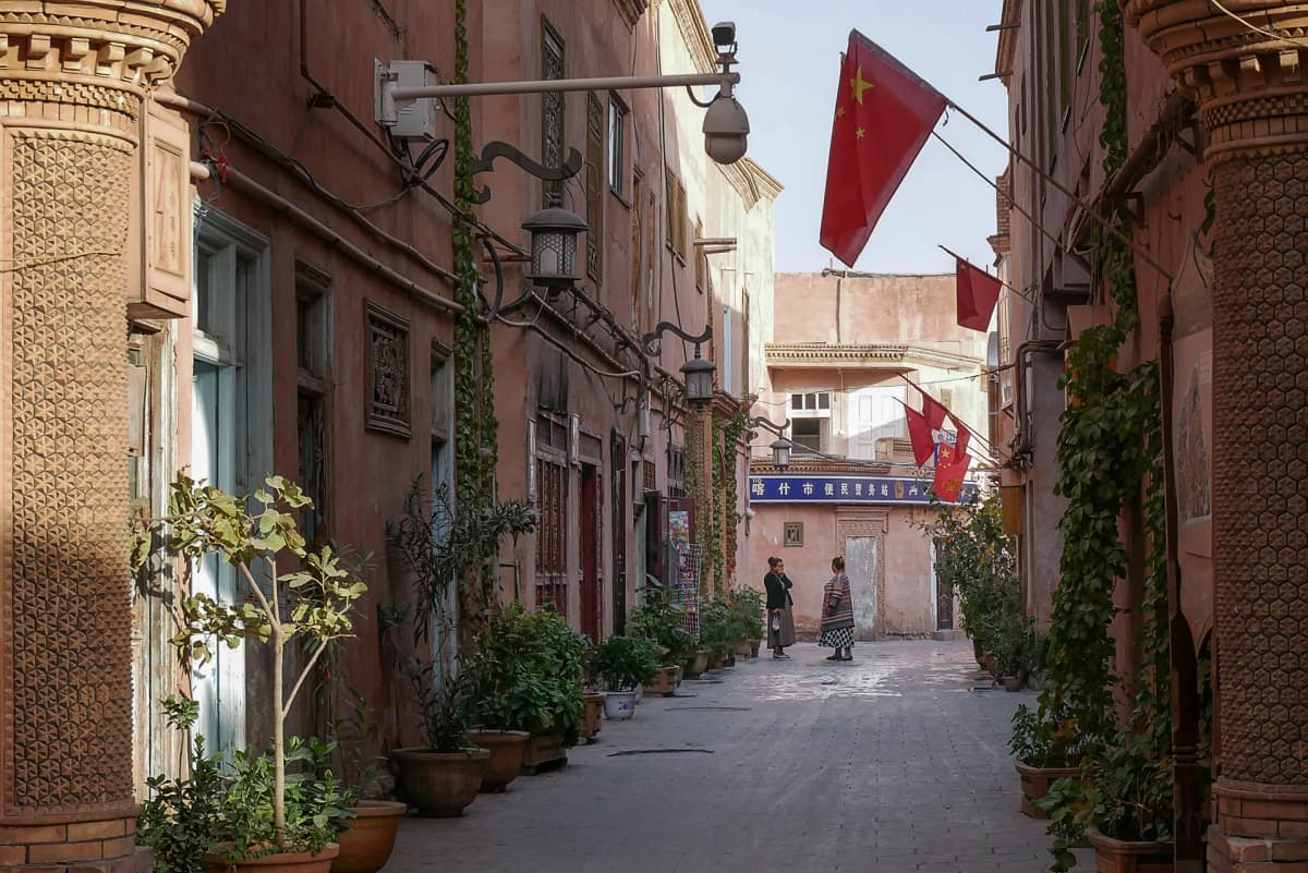 katu, jonka varrella olevissa taloissa on Kiinan lippuja