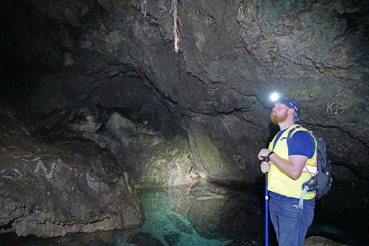 Patric Barnhart luolassa.
