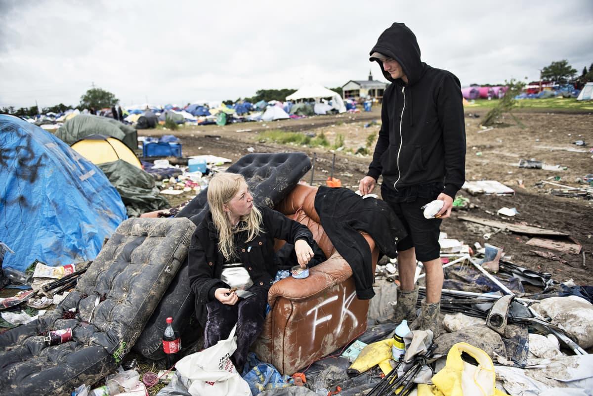 Roskilden festivaalikävijöitä leirintäalueen sotkussa.