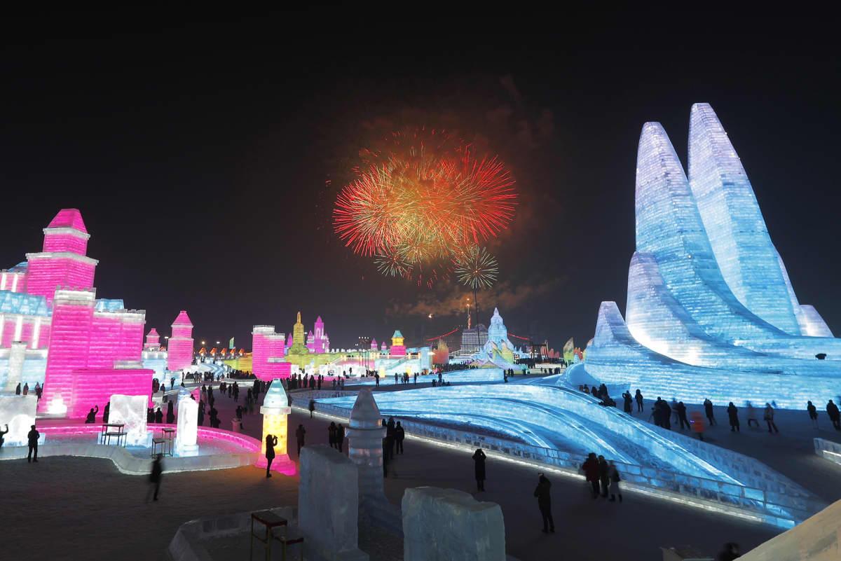 36. Harbin International Ice and Snow Festival aukesi sunnuntaina ilotulituksella Harbinissa Kiinassa.