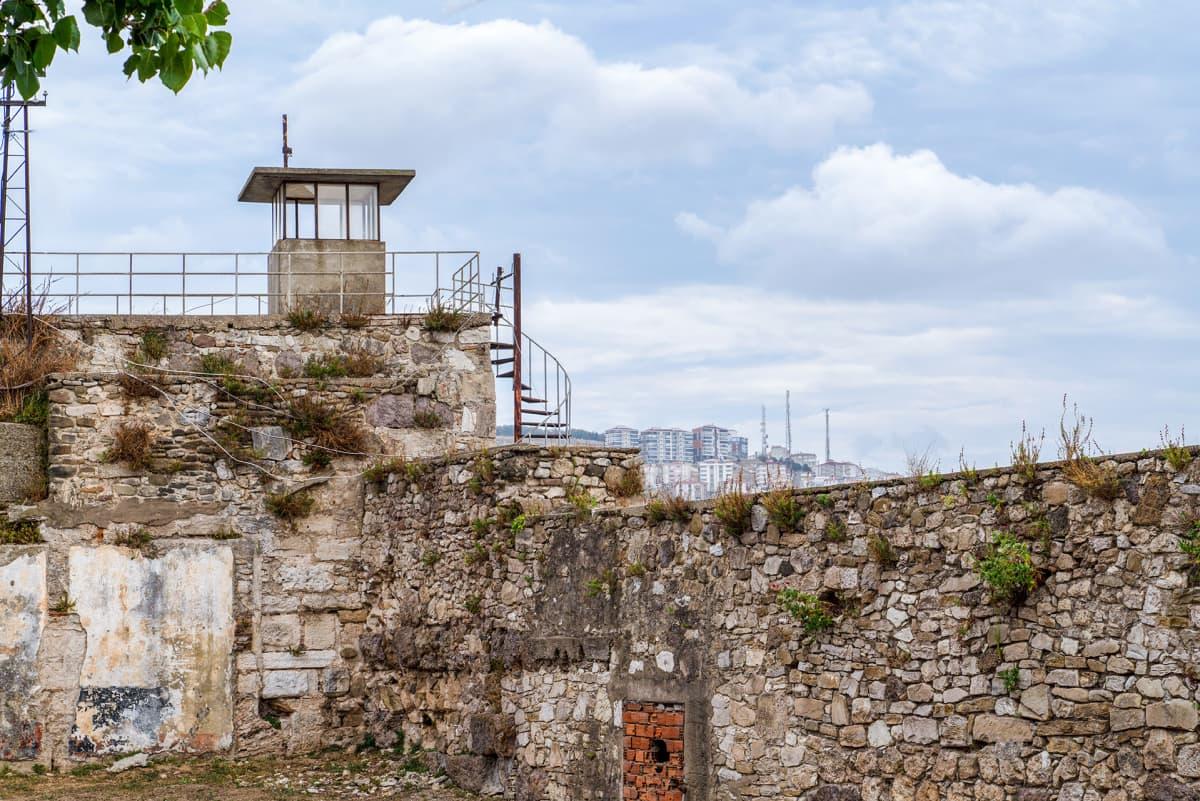 Vankilan vartiotorni Vanhan Sinopin linnoituksen vankilassa