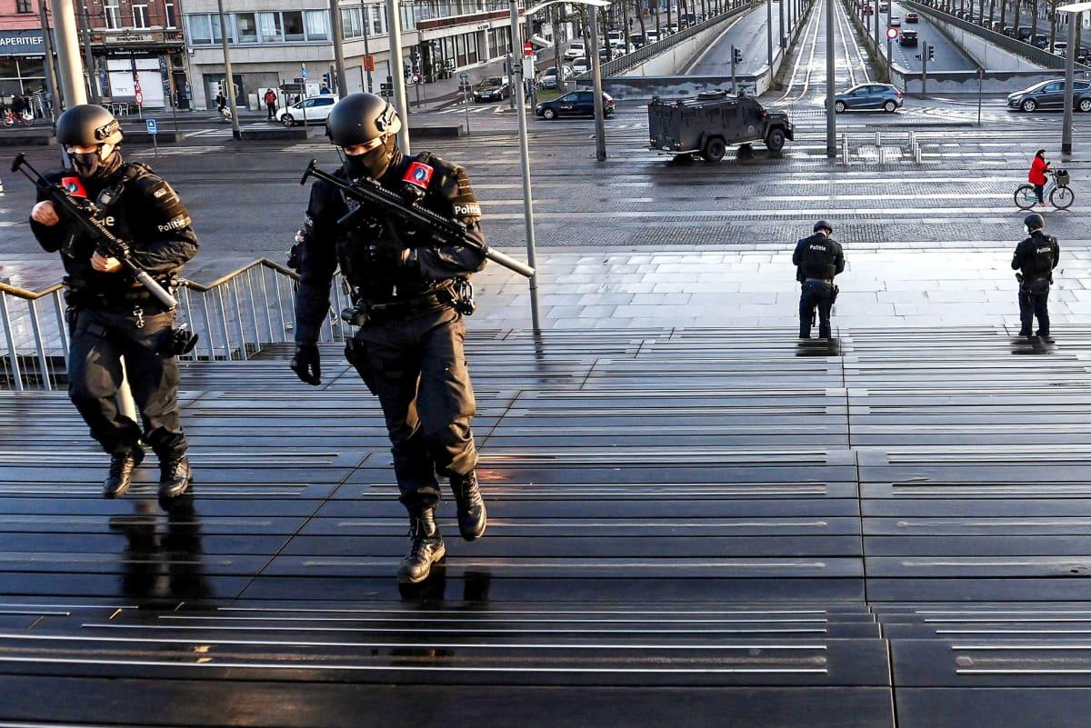 Iranilaisen diplomaatin oikeudenistuntoa vartioivat aseistetut poliisit.