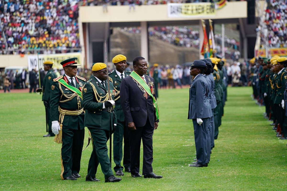 Emmerson Mnangagwa kävelemässä stadionilla presidentin valan vannomisen jälkeen Hararessa 24. marraskuuta.