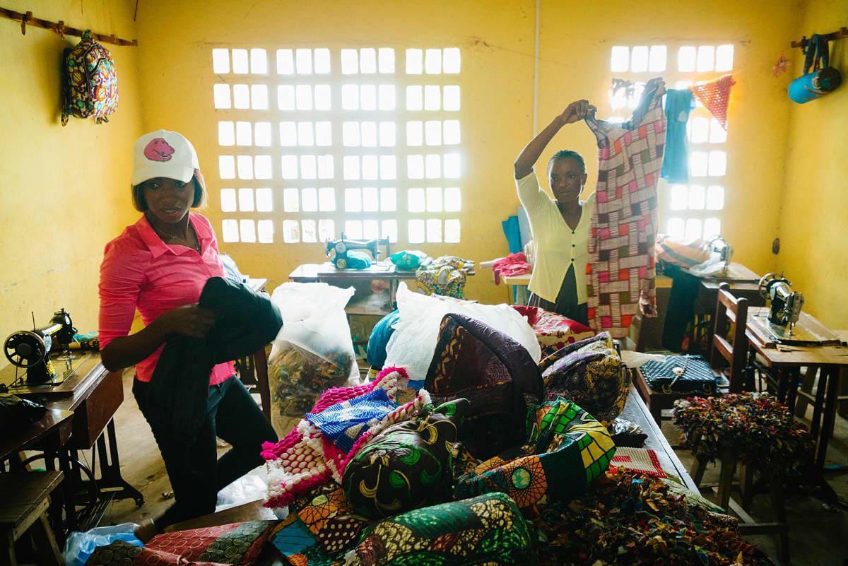 Naisia käsityöluokassa Sierra Leonessa.