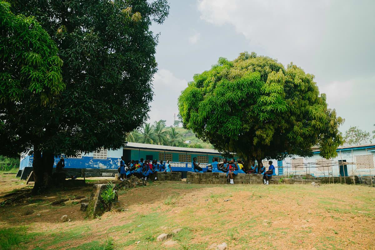 Koulun piha Sierra Leonessa.