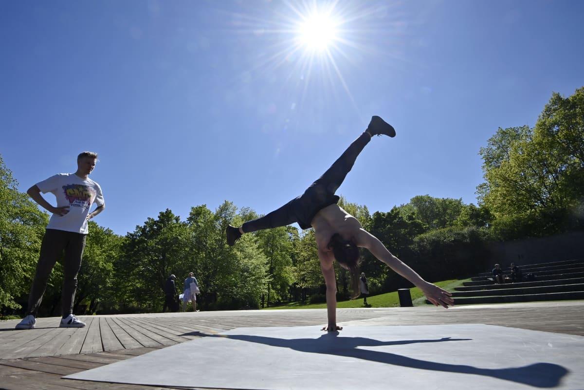 Mies breikkaa Oopperan takapihalla Helsingissä aurinkoisena kevätsunnuntaina 30. toukokuuta.