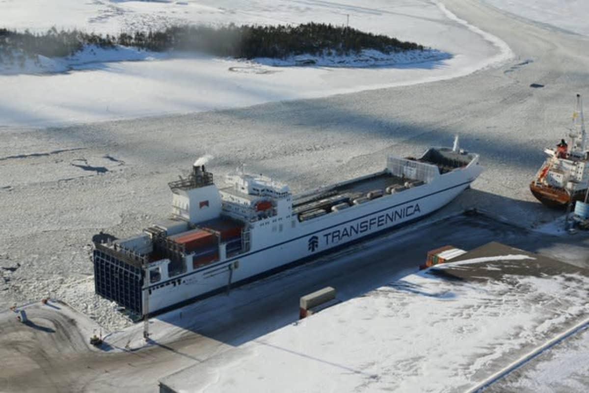Rahtilaiva sataman laiturissa talvella.