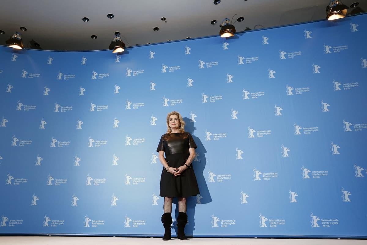 Catherine Deneuve poseeraa pressitilaisuudessa Berliinin elokuvajuhlilla.