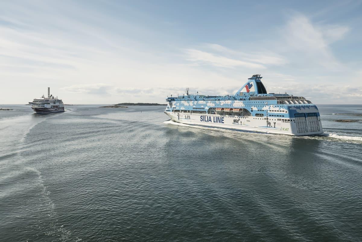 Viking Grace ja Silja Galaxy kohtaavat Ahvenenmaan saaristossa lähellä Maarianhaminaa.