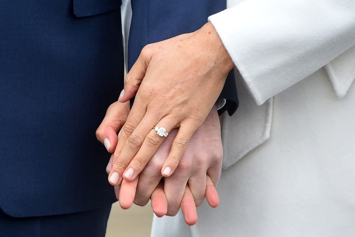 Prince Harry ja Meghan Marklen kädet ja sormus