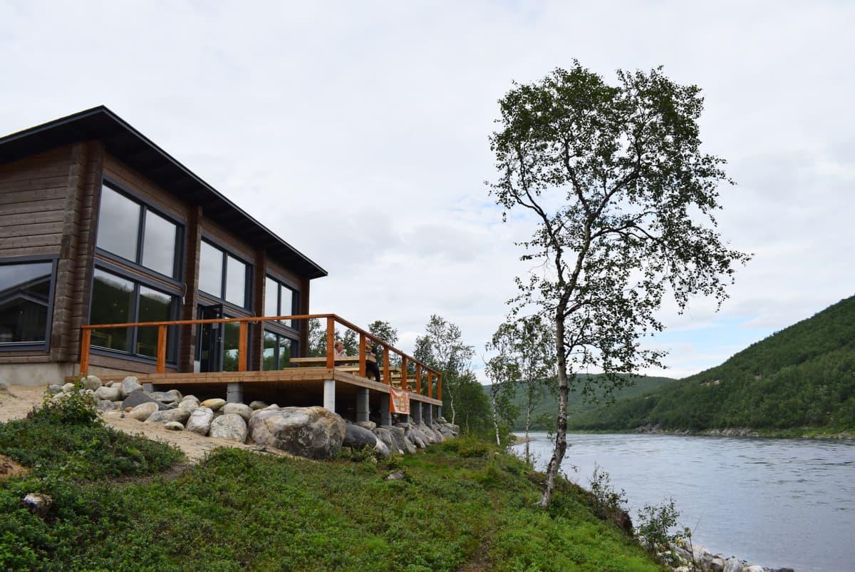 Talo joen rannalla.