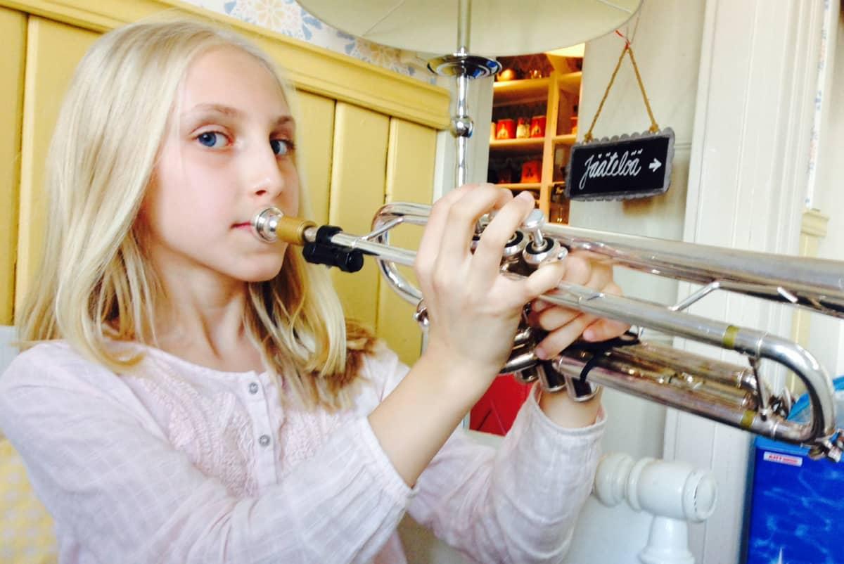 Aylin Sahin soittaa trumpettia.