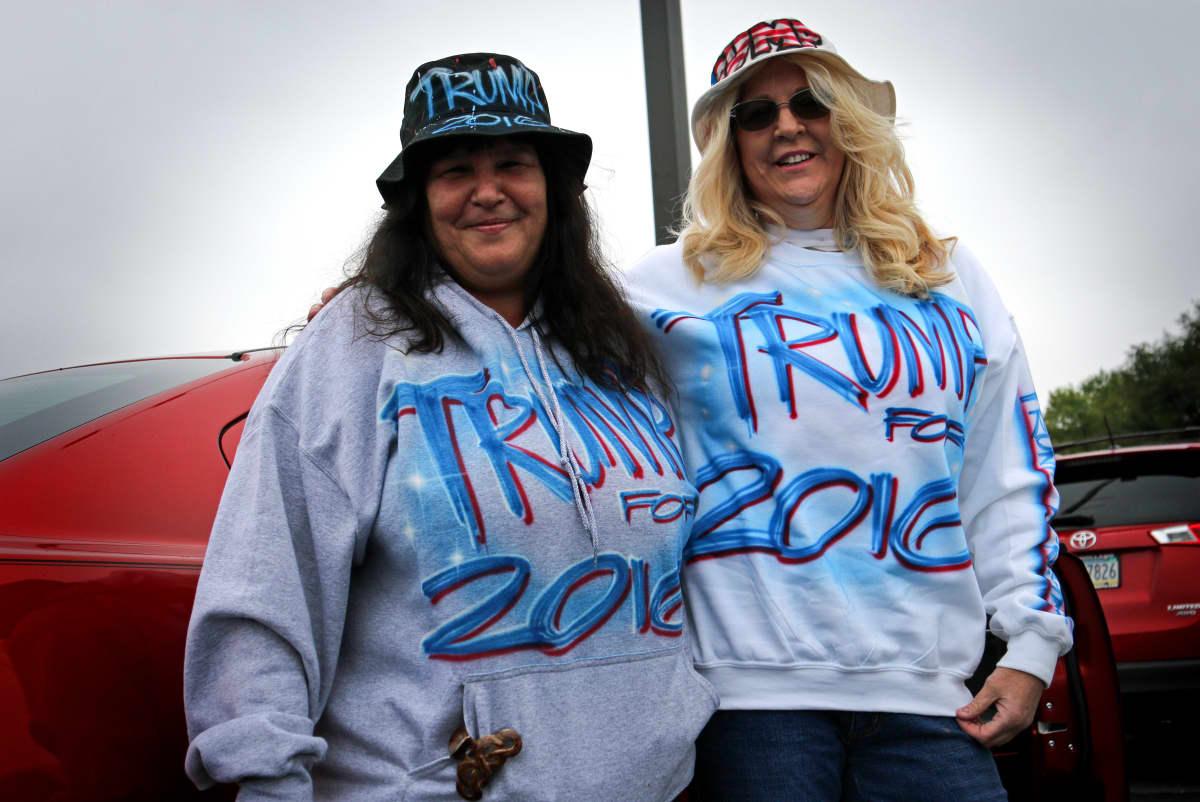 Patty ja Fussy  ovat itse maalanneet paitansa ja hattunsa. Manheim, Pennsylvania.