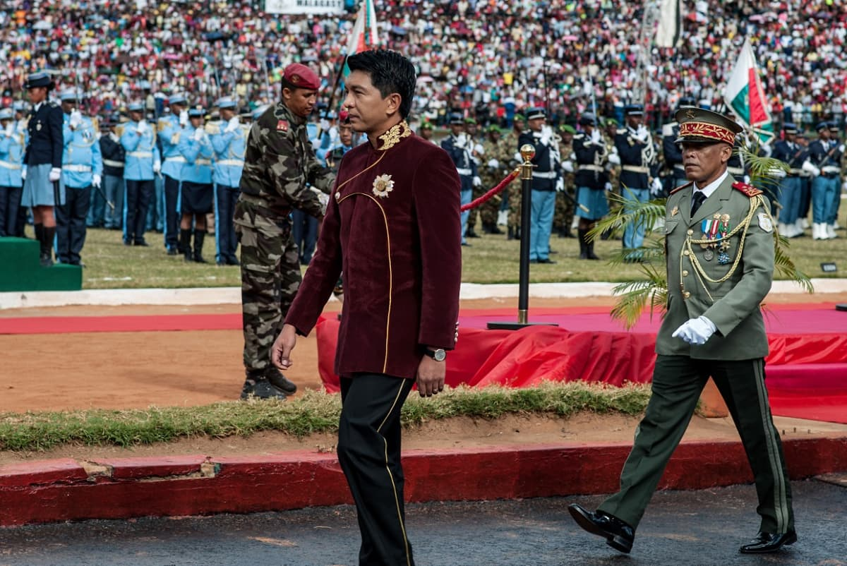 Andry Rajoelina kävelee sotilasjoukon edessä