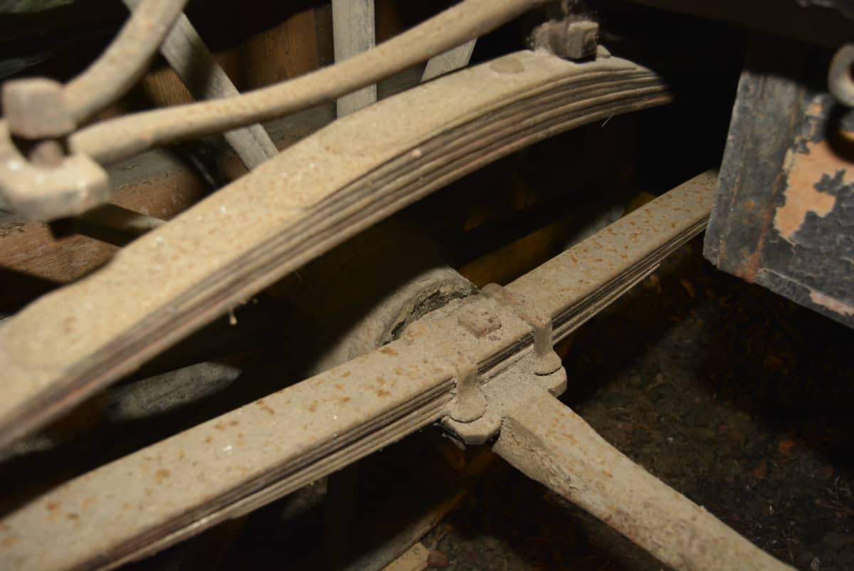 Vanhat hevosvaunut rapistuvat Kyminlinnan entisen varuskunnan varastossa. Kuvassa vaunujen lehtijouset.