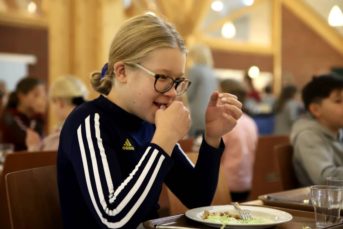 Koululaiset maistoivat hyönteisruokaa Porissa.