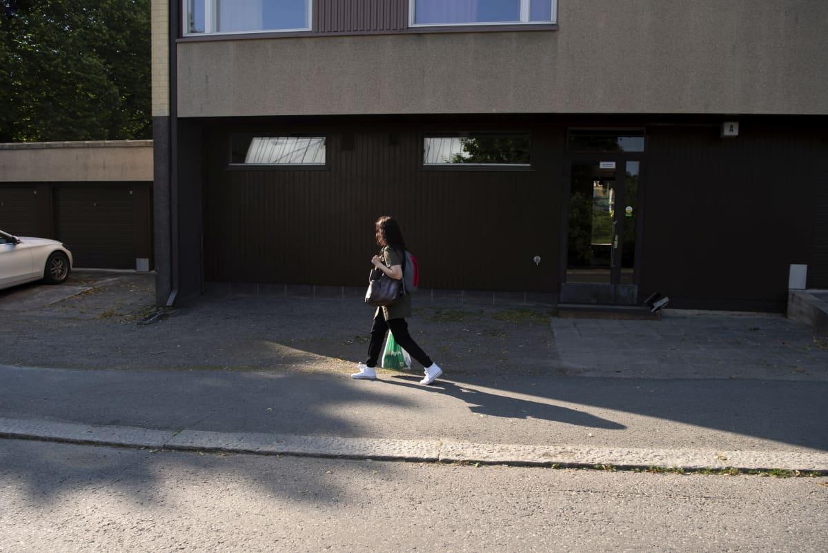 Katja Lahtii kantaa ruokakassia kadulla.