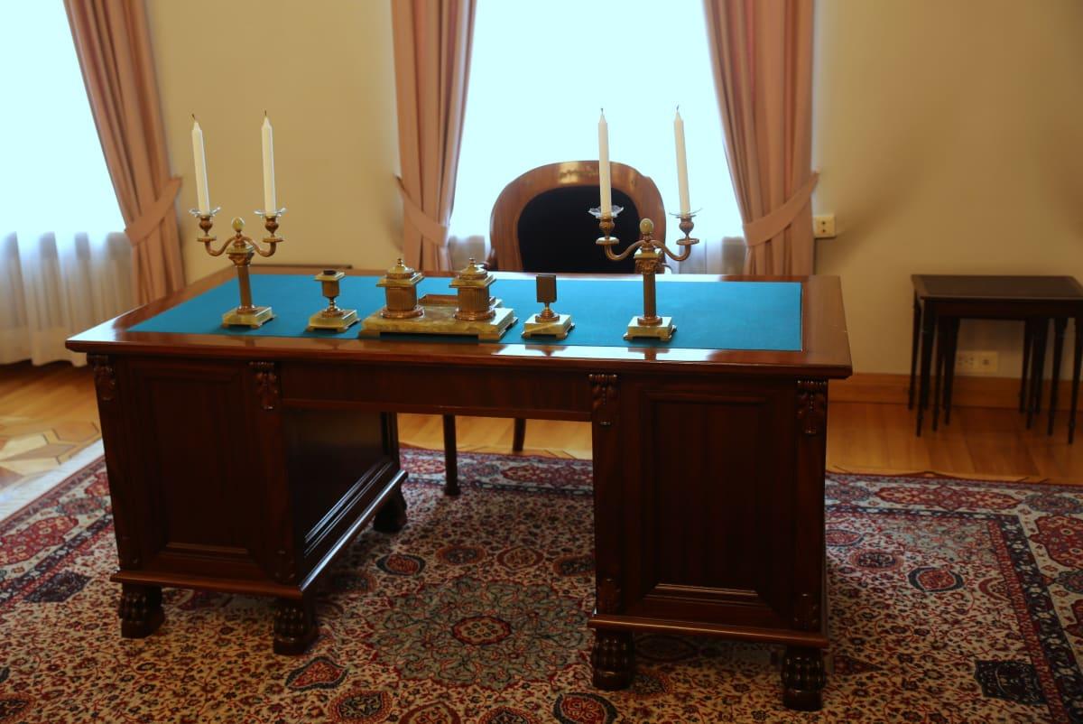 valtioneuvoston juhlasali smolna c.g.e. mannerheim työpöytä