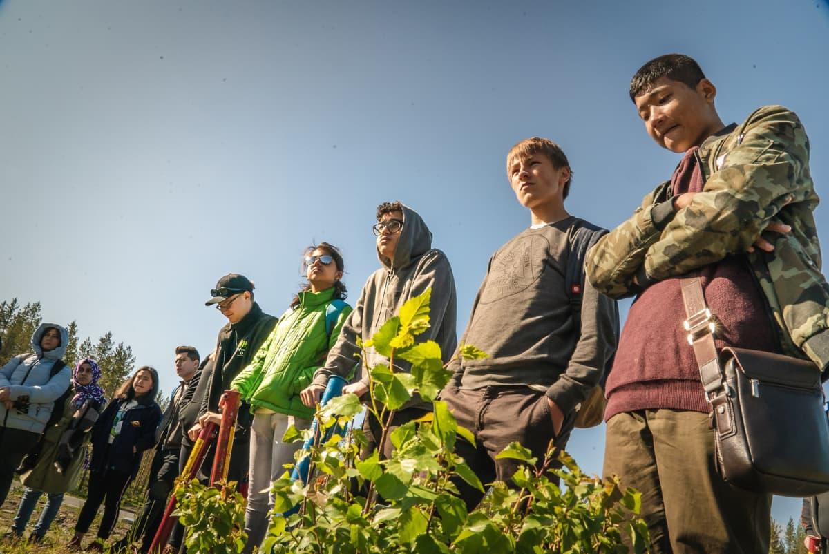 Maailman ilmastokokouksen koululaiset kuuntelivat toukokuun lopulla Pohjois-Karjalassa ohjeita miten istuttaa puun taimia.