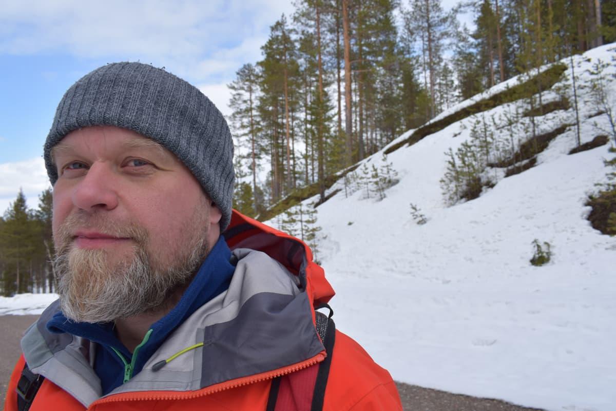 Luontomatkailuyrittäjä Janne Autere opastaa ulkomaisia luontoturisteja ja ryhmiä Ylä-Kainuussa.