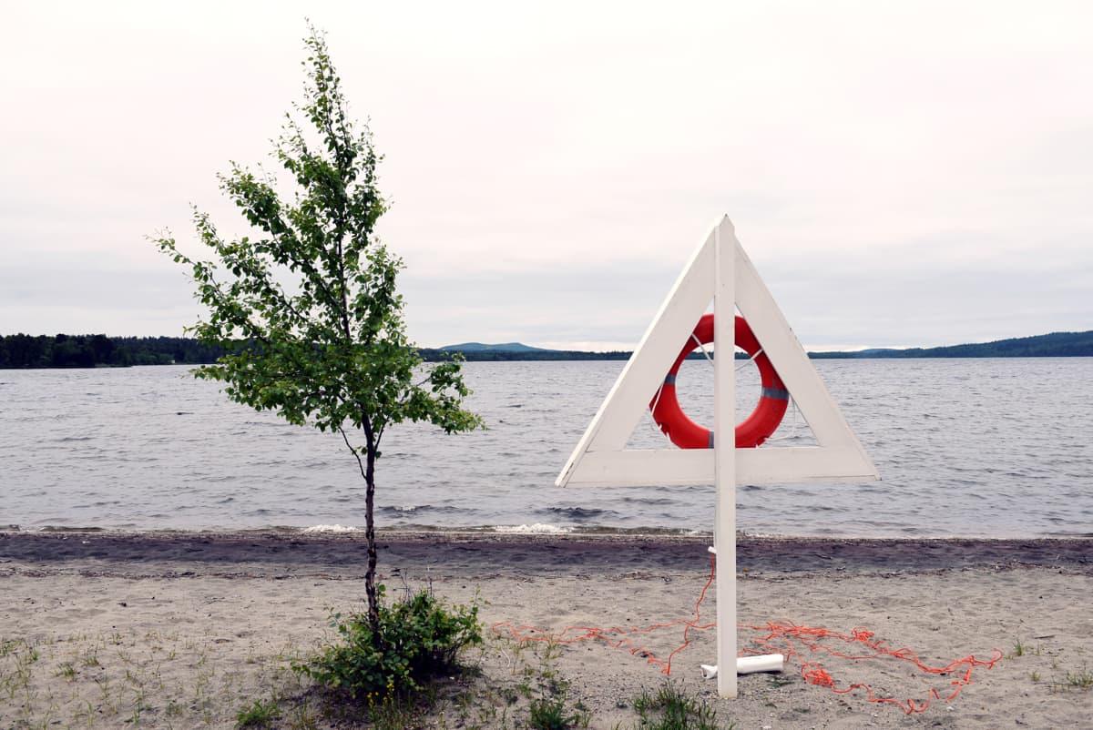 Hiekkarantaa Sevettijärvellä.