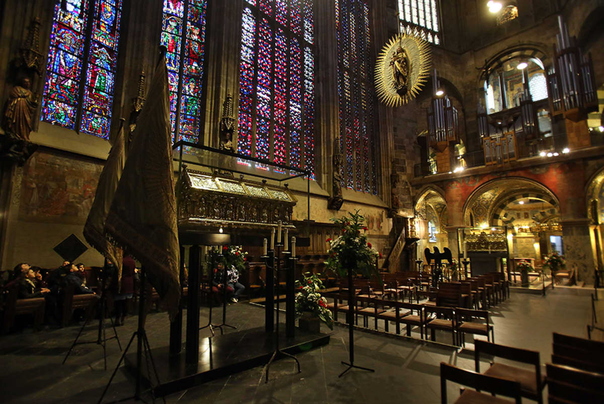 Aachenin tuomiokirkon sisällä on kultainen sarkofagi.