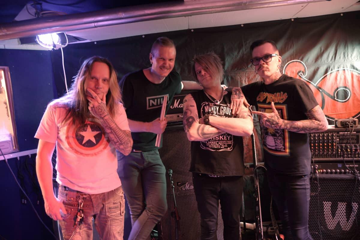 Mötikkä: basisti Hannu Voutilainen, rumpali Toni Suominen, laulaja Sampsa Astala, kitaristi Samuli Väänänen.