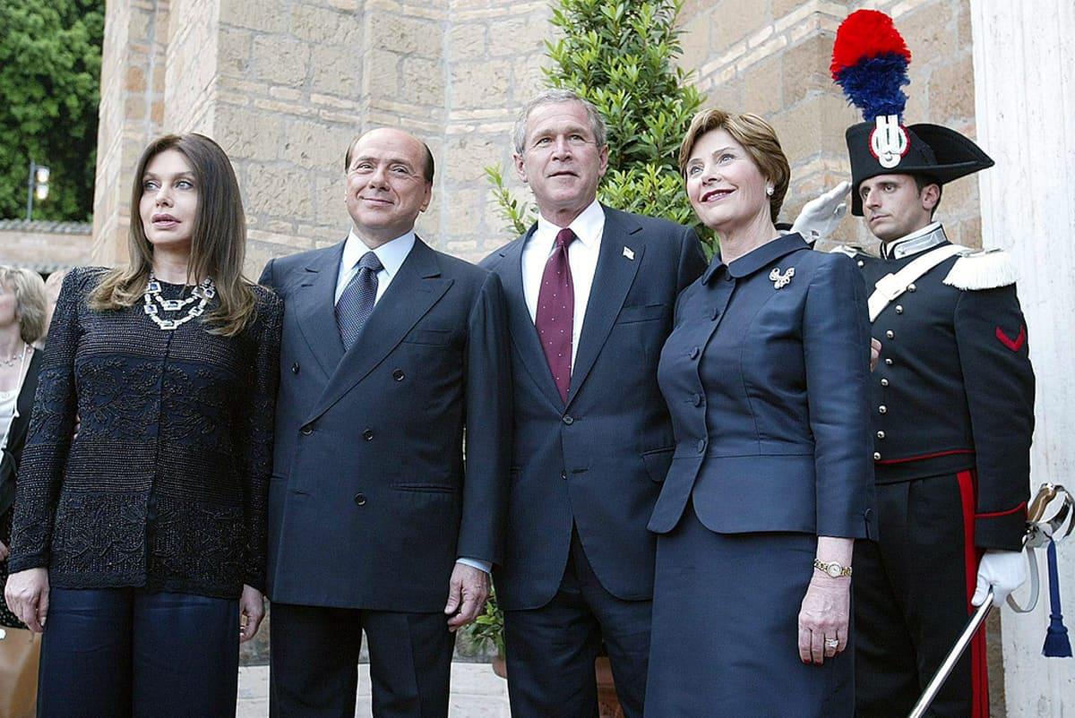 Italian pääministeri Silvio Berlusconi ja Yhdysvaltain presidentti George W. Bush sekä heidän vaimonsa Veronica Lario ja Laura Bush.