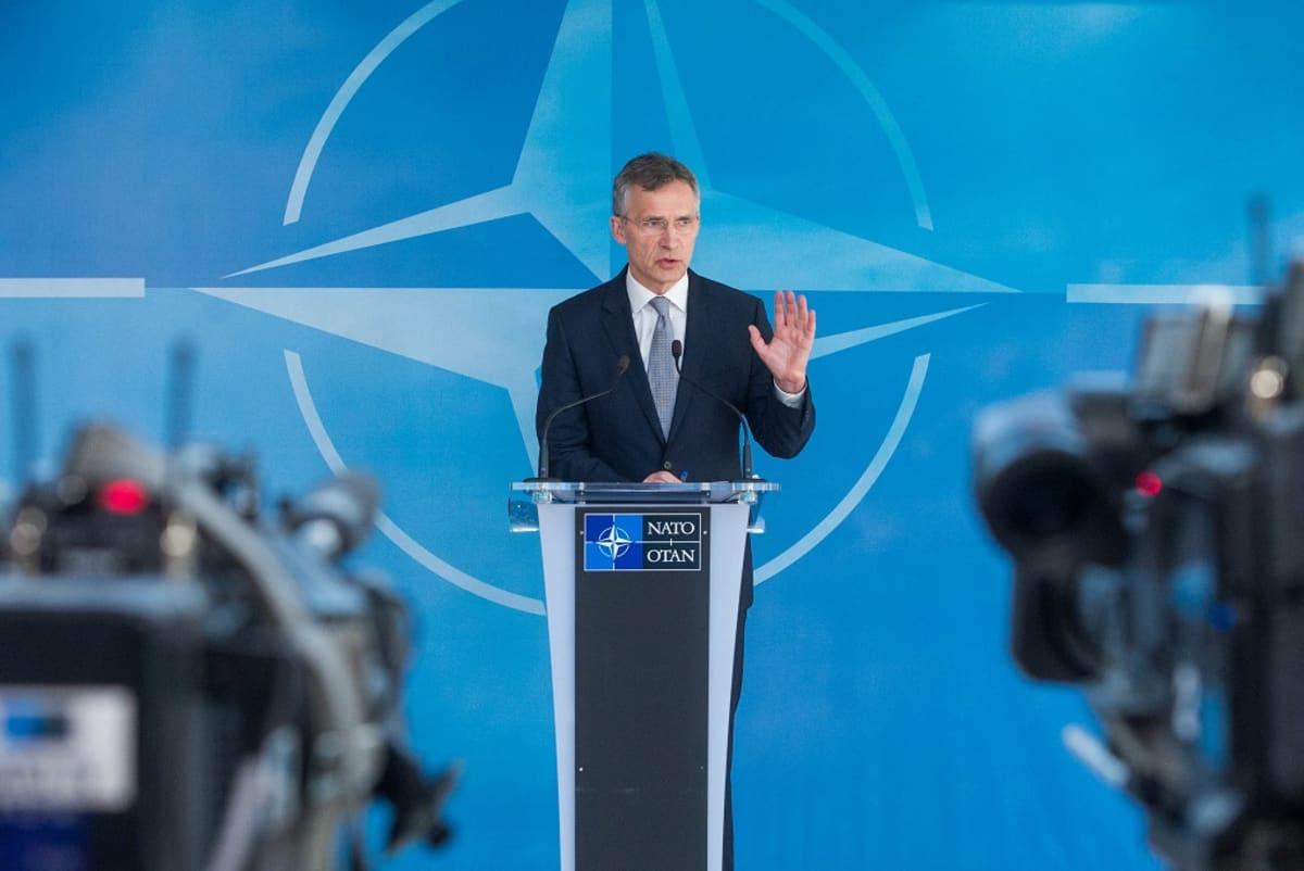 Naton pääsihteeri Jens Stoltenberg puhuu lehdistötilaisuudessa Naton päämajassa Brysselissä Naton ja Venäjän tapaamisen jälkeen.