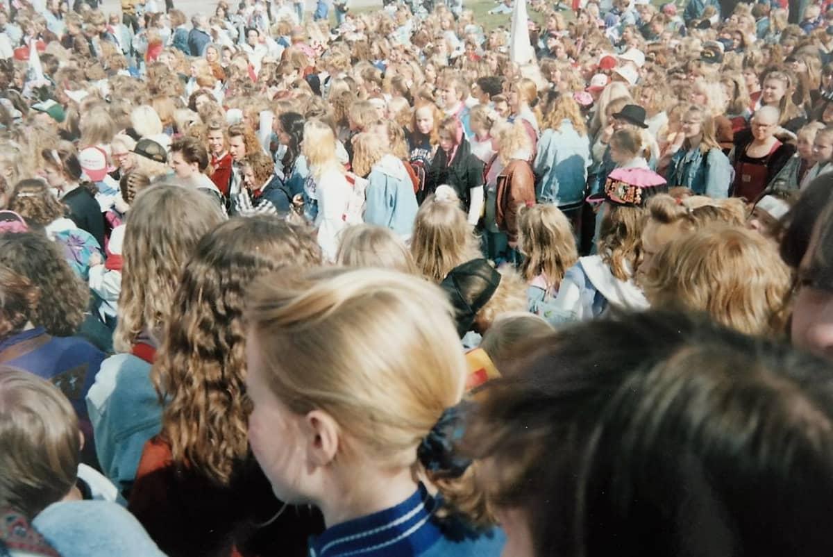 NKOTB-konsertissa Lahdessa yleisöä v. 1991.
