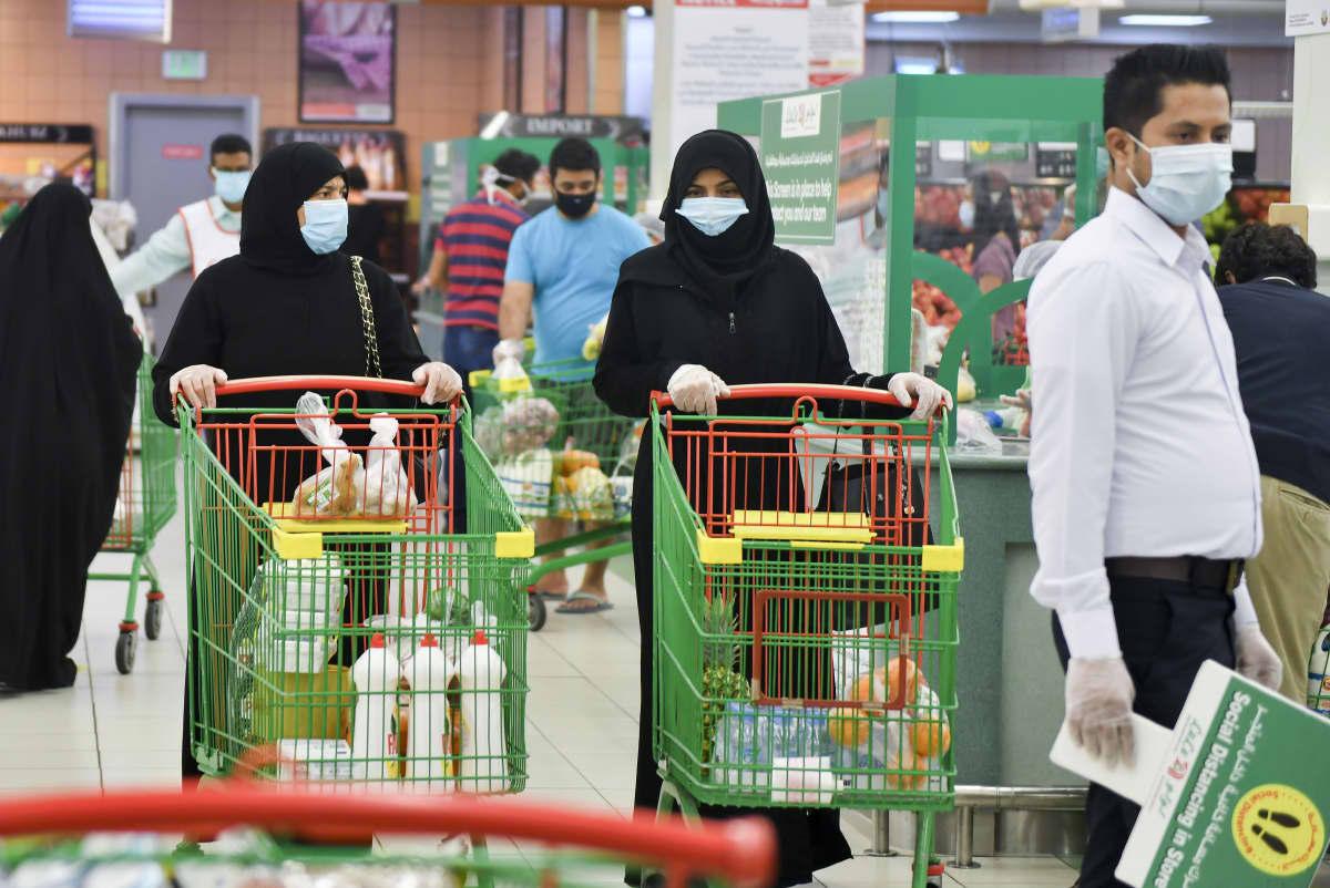 Qatarilaisia ostamassa tarvikkeita Id al-Fitr-juhlaa varten toukokuun lopussa. Maassa on todettu yli 70 000 koronatartuntaa, mutta vain alle 60 kuolemaa on tähän mennessä kirjattu koronakuolemaksi. Tartunnat alkoivat lisääntyä vasta huhtikuun puolivälissä.