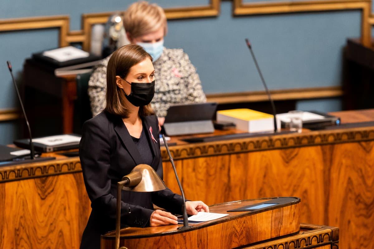 Pääministeri Sanna Marin vastaa opposition väittämiin budjettikeskustelussa eduskunnan istuntosalissa.