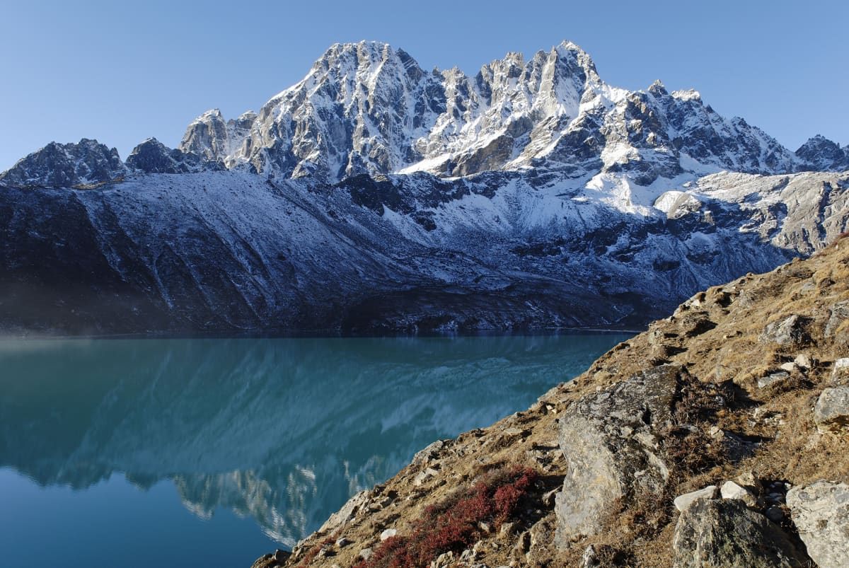 Dudh Pokharin jäätikköjärvi Sagarmathan kansallispuistossa Nepalissa.
