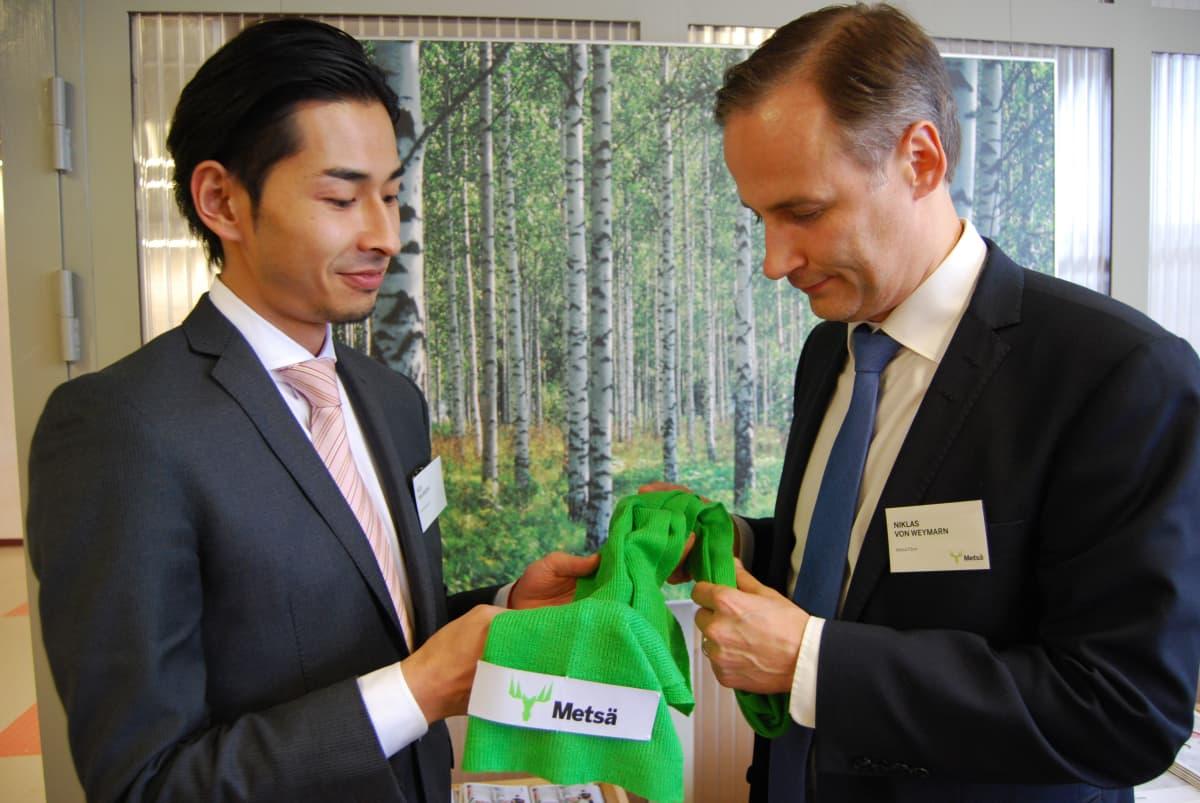 Keiji Takanashi Itochu Corporationista ja Metsä Fibren tutkimusjohtaja Niklas von Weymarn ja uusi innovaatio, sellusta tehty huivi.