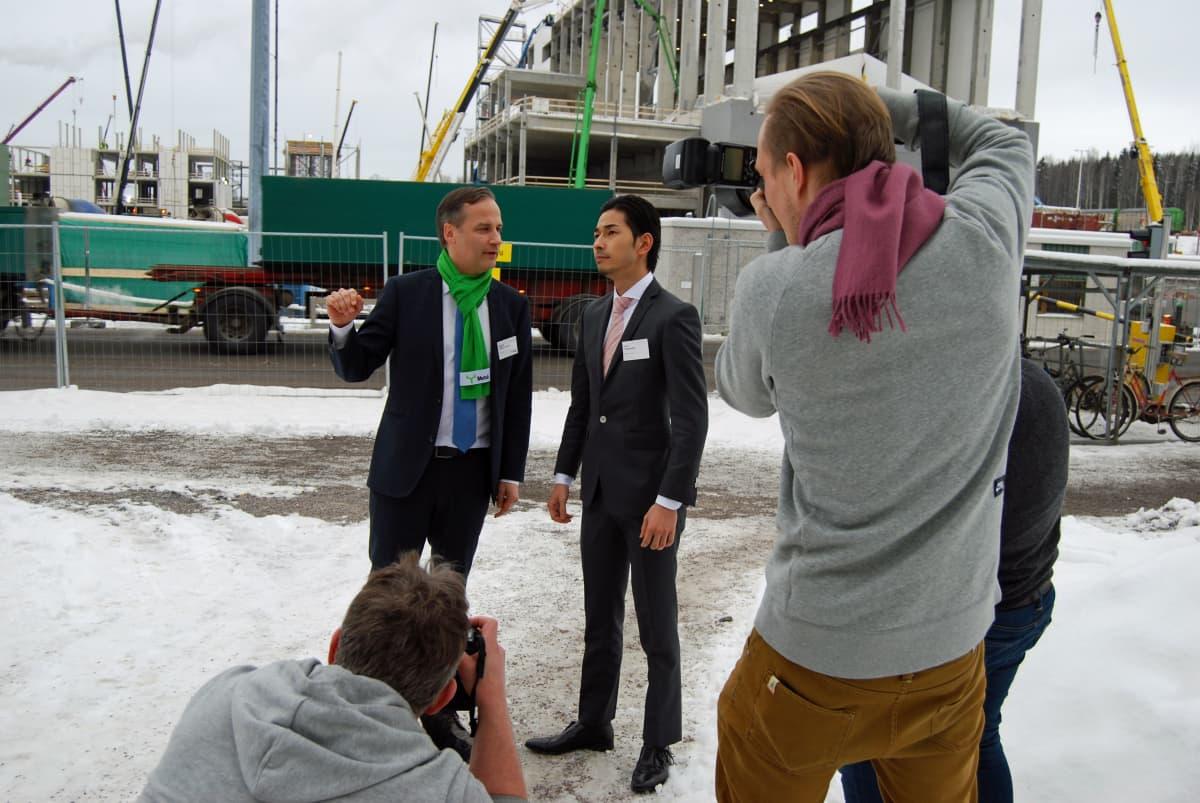 Keiji Takanashi Itochu Corporationista ja Metsä Fibren tutkimusjohtaja Niklas von Weymarn ja uusi innovaatio, sellusta tehty huivi. Huivi kiinnosti mediapäivässä Äänekosken biotuotetehtaalla helmikuussa 2016.