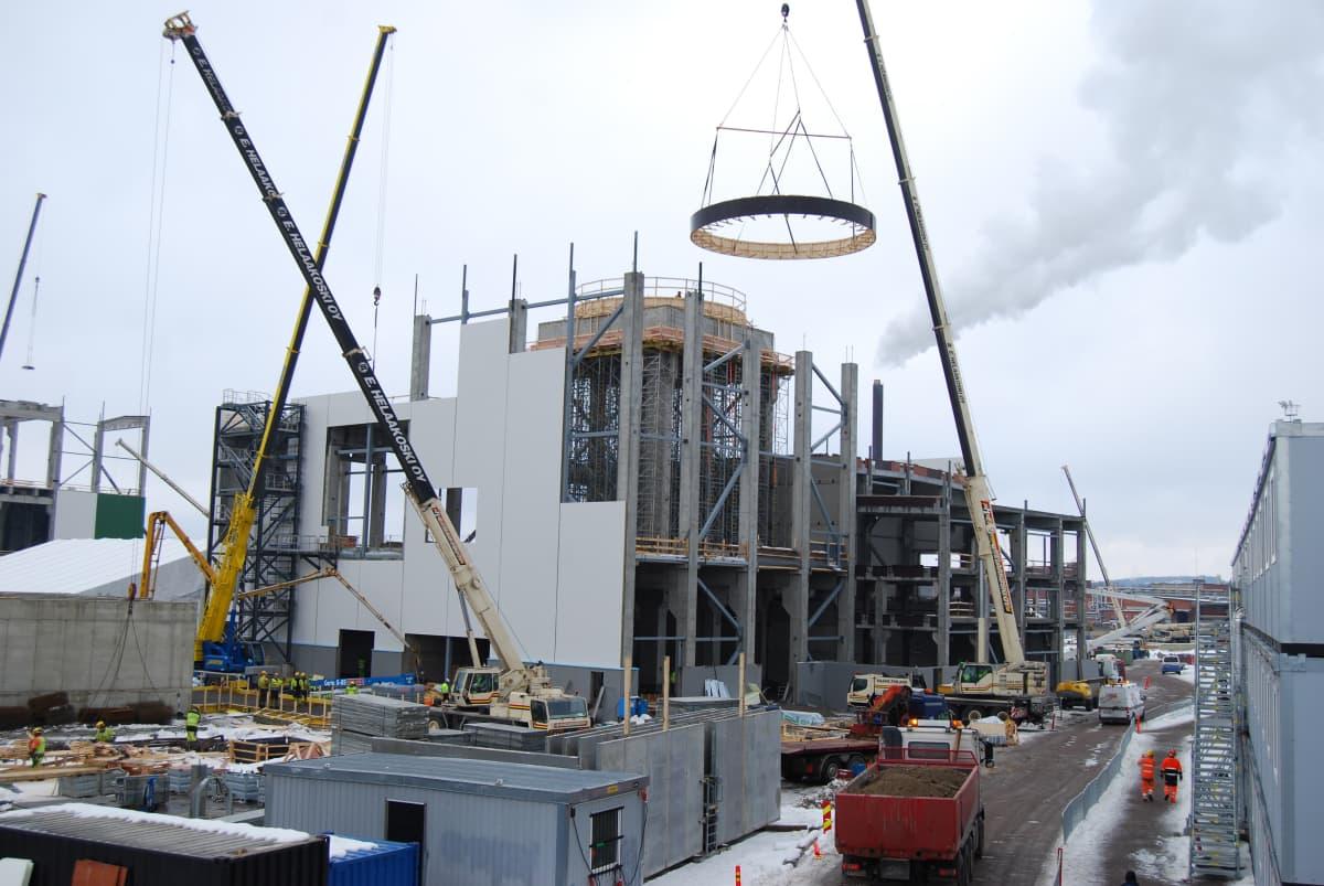 Uuden biotuotetehtaan kuitulinjan rakentaminen käynnissä Äänekoskella maaliskuussa 2016.