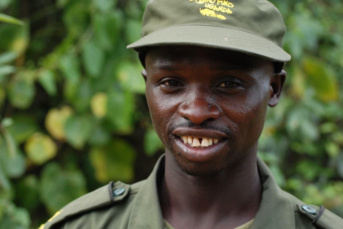 Metsänvartija Raymond Opio Ugandassa.