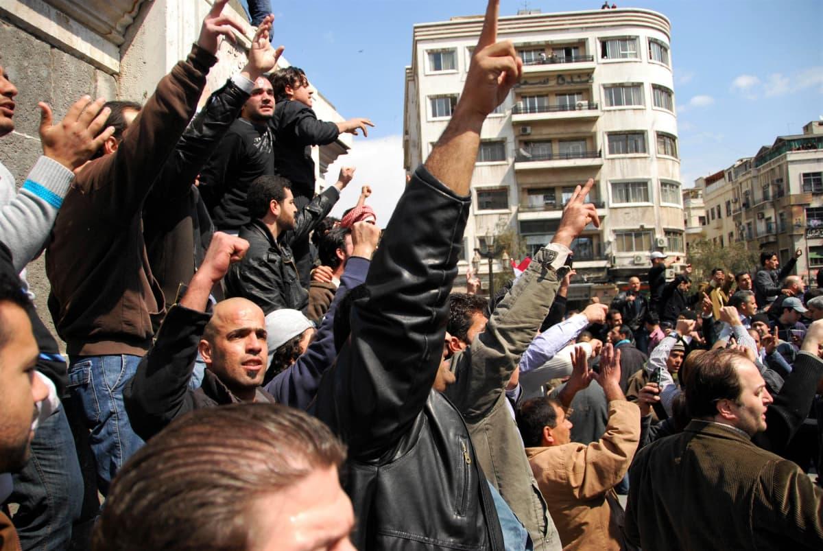 Mielenosoittajia Damaskoksen keskustassa.
