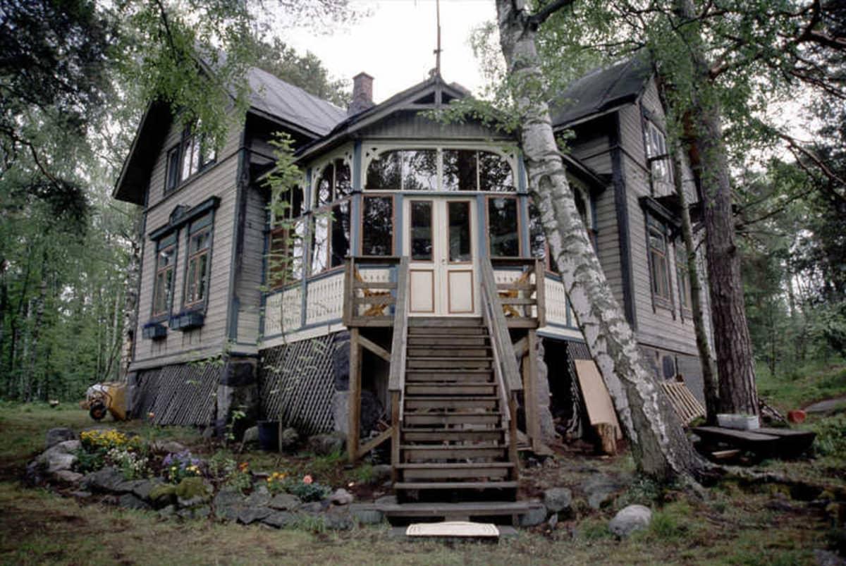 Kesällä 2000 otetussa valokuvassa Villa Hällebo on vielä kaunis ja ehjä.