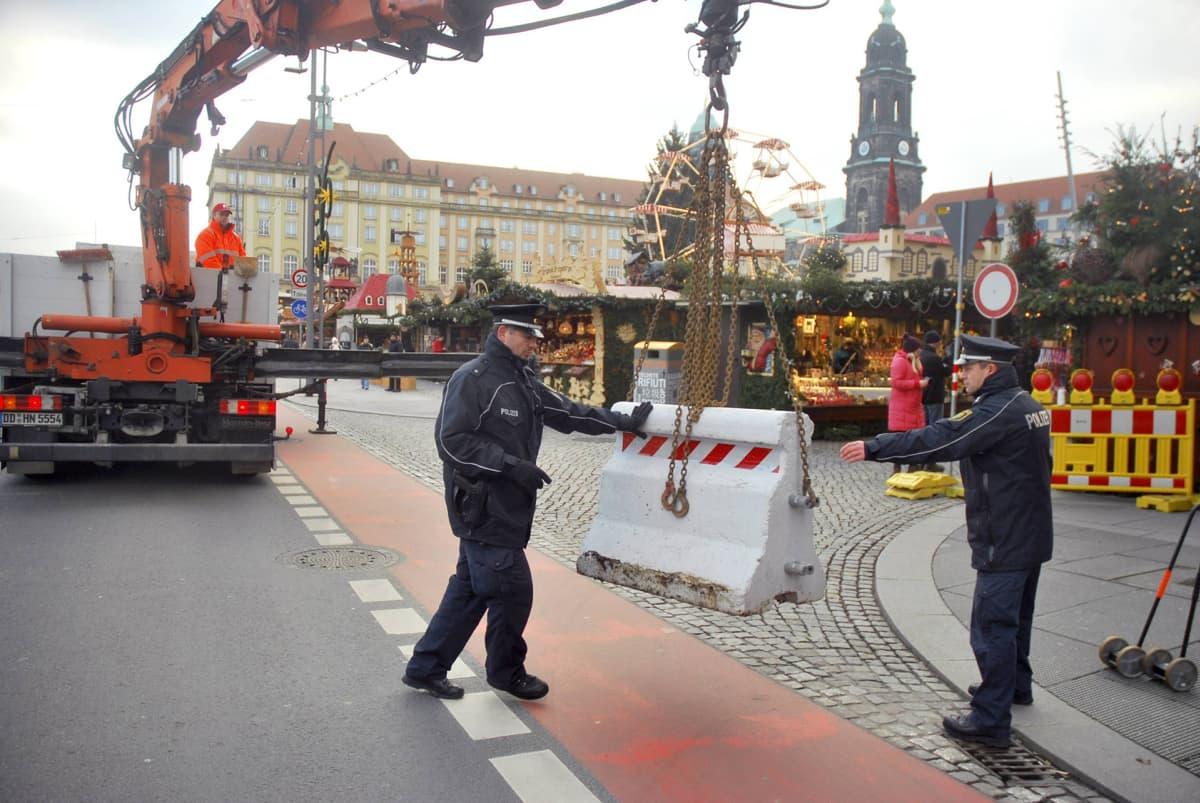Poliisit pystyttivät betoniesteitä Dresdenin joulumarkkinoiden suojaksi.