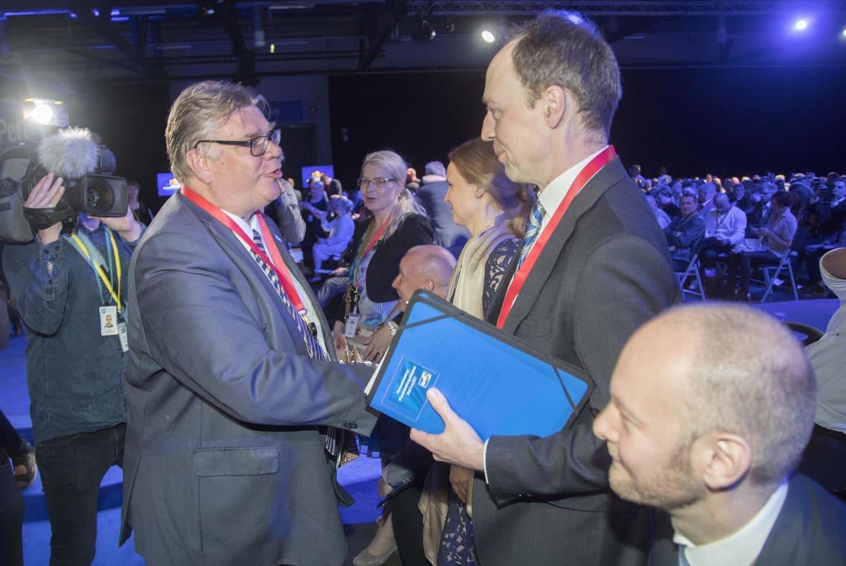 Timo Soini ja Jussi Halla-aho Perussuomalaisten puoluekokouksessa Jyväskylässä 10. kesäkuuta 2017